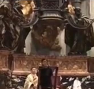 Sr Bubbles chante dans l'église Saint Pierre à Rome