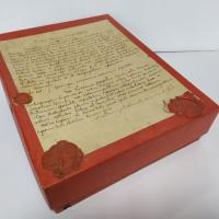 The box was closed with a white ribbon (we can still see a piece of it) held by wax seals representing the coat of arms of Cardinal Maurin, archbishop of Lyon. The purpose of the seals was to ensure that the box had not been opened, and therefore that the volume was authentic and untouched.